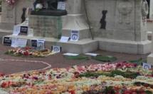 Une couronne d'1,5 km de fleurs en hommage aux victimes des attentats à Paris