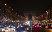 Les Champs Elysées s'illuminent et s'associent au deuil des Parisiens